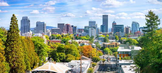 Classic panoramic view of famous Portland skyline with busy downtown scenery, colorful leaves and iconic Mount Hood in the background on a beautiful sunny day in fall, American Northwest, Oregon, USA Fototapete