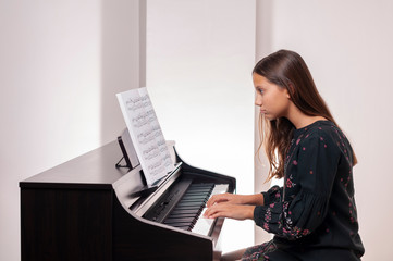 Girl playing the piano, she has trouble playing piano,