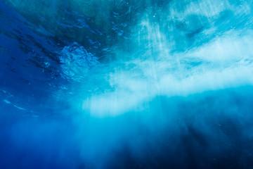 海中から見上げる砕ける波 サラシ 小笠原