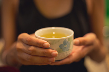 Photo sur Plexiglas The Lady hold a cup of green tea of Japan on her hand, look warm