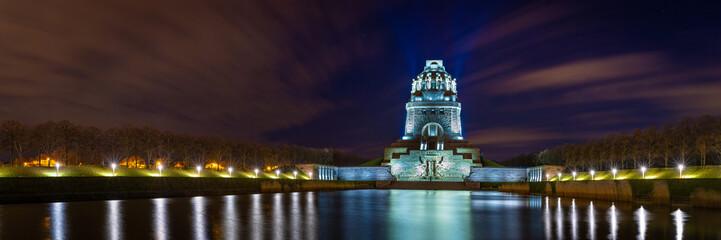 Völkerschlachtdenkmal in Leipzig bei Nacht - Panorama Fototapete