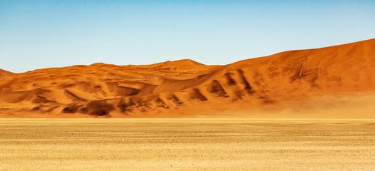 In de dag Oranje eclat Deadvlei in Namib-Naukluft national park Sossusvlei in Namibia, Africa