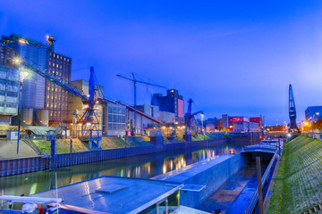 Blick in den Neusser Binnenhafen bei Nacht