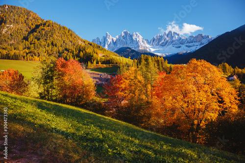 壁紙(ウォールミューラル) Morning in St. Magdalena village. Location Val di Funes, Dolomite alps, Italy, Europe.