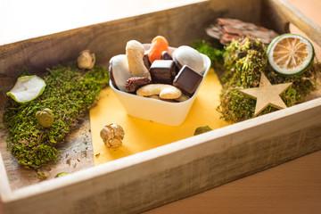 leckere Weihnachtsplätzchen auf einem Tablett aus Holz