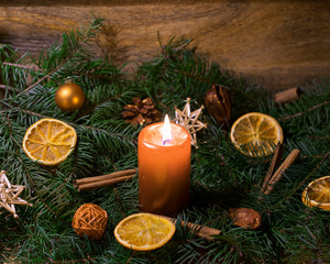Weihnachtsgesteck mit brennender Kerze
