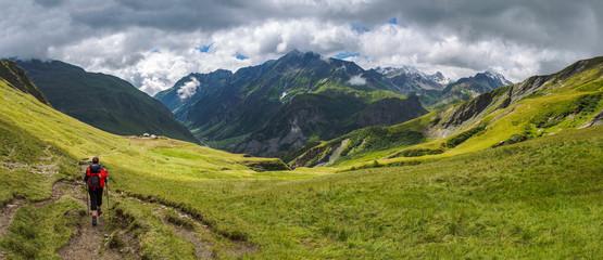Türaufkleber Alpen Panorama montagne et randonneur