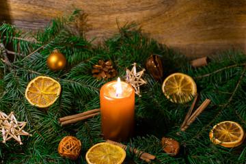 Weihnachtsgesteck mit brennender Kerze in nahaufnahme