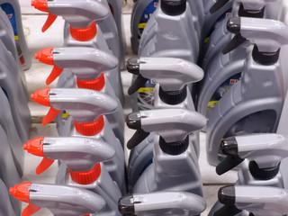 esposizione contenitori di plastica per liquidi