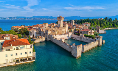 Aerial view to the town of Sirmione, popular travel destination on Lake Garda in Italy Fotomurales