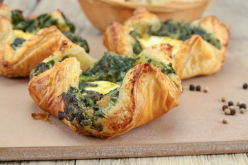 puff pastry with goat cheese and spinach on a chopping board Fototapete