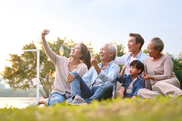 happy asian family taking a selfie Fototapete