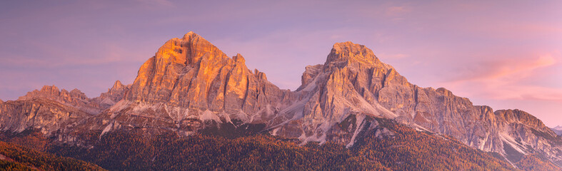 Photo sur Plexiglas Rose clair / pale Le Tofane sommet des Dolomites au lever du soleil , Italie .