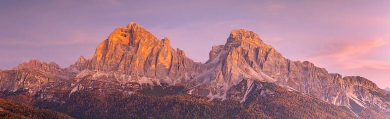 Door stickers Light pink Le Tofane sommet des Dolomites au lever du soleil , Italie .