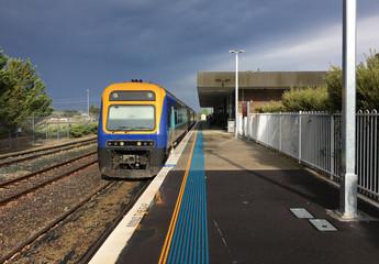 Spoed Fotobehang Spoorlijn Zug nach Sydney im Bahnhof von Canberra, Australien