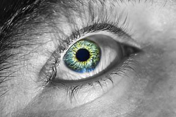 Foto de un ojo, contraste entre Iris de color y blaco y negro.