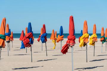 Sonnenschirme am Strand von Deauville, Normandie, France