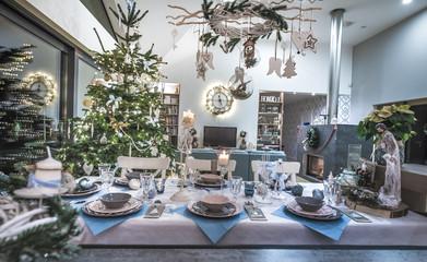 Obraz Stół wigilijny udekorowany i nakryty na święta Bożego Narodzenia - fototapety do salonu