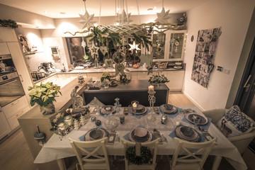 Obraz tracycyjny wieczór wigilijny przy pięknie nakrytym stole na święta Bożego Narodzenia - fototapety do salonu