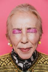 目を閉じた女性のポートレート