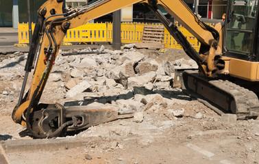 Strassenbau - Abbrucharbeiten mit Kompaktbagger und Baggermeissel