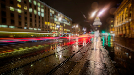 Fotomurales - colorful traffic in the city on rainy night