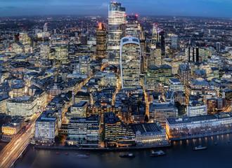 Fotomurales - Die beleuchteten Wolkenkratzer der City von London am Abend, Finanzbezirk und Zentrum der Börse, Großbritannien