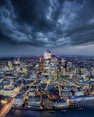 Die City von London am Abend mit grauen Wolken bei Unwetter und Sturm, Großbritannien