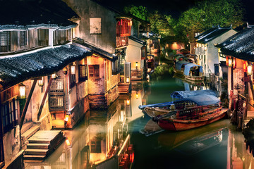 Montage in der Fensternische Altes Gebaude illuminated Zhouzhuang water town at night, Jiangsu, China