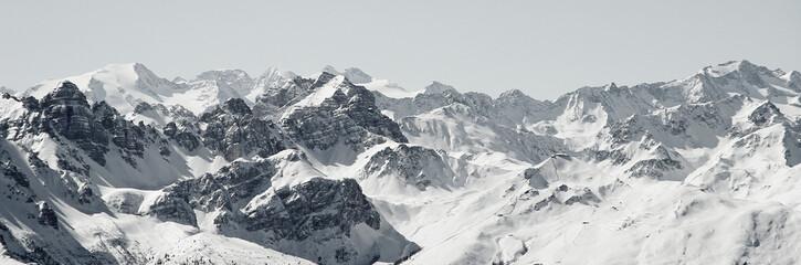 Blick von der Axamer Lizum in Tirol auf die schneebedeckten Berge und Gipfel. Neuschnee im Winter. Bergpanorama