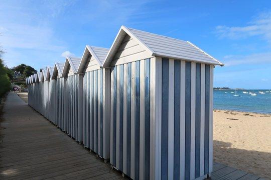 Cabines de plage à rayures bleues et blanches à Carantec, en Bretagne (France)
