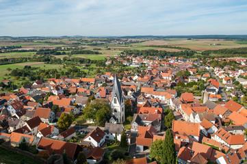 Das Dorf Münzenberg mit seiner Kirche in der Wetterau, Hessen