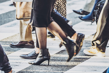 横断歩道を渡る人々
