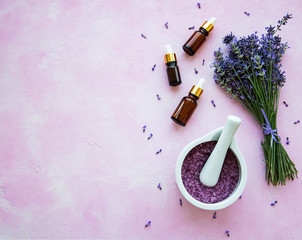 Photo sur Plexiglas Lavande flat lay composition with lavender flowers and natural cosmetic