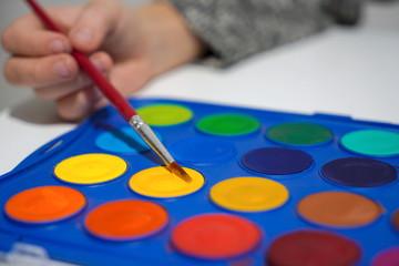 tavolozze pronte contenenti pastiglie di acquerello secco, da inumidire con il pennello.