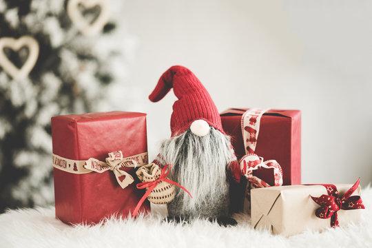 Xmas Weihnachten Dekoration Wichtel rot mit Geschenken Weihnachtsbaum im Hintergrund - Var. 3