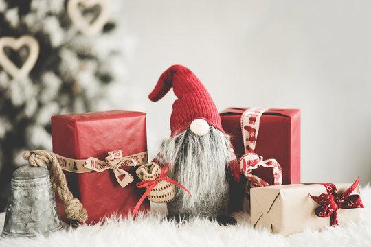 Xmas Weihnachten Dekoration Wichtel rot mit Geschenken Weihnachtsbaum im Hintergrund - Var. 2
