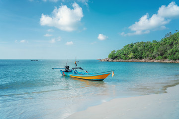 Fototapete - Beautiful tropical landscape, white sand, blue sea and traditional Thai boat, travel to Southeast Asia to Thailand to the islands, sea tours and travel