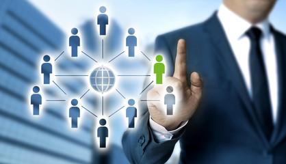 Netzwerk Konzept wird von Geschäftsmann gezeigt