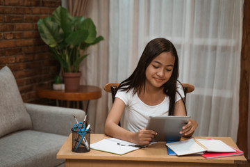 portrait of young teenager junior high school student studying at home Fotobehang