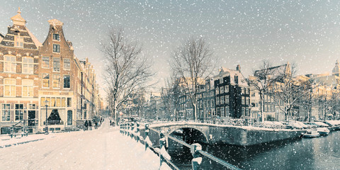 Spoed Fotobehang Amsterdam Winter snow view of a Dutch canal in Amsterdam