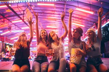 Papiers peints Magasin de musique Female friends having fun at the festival