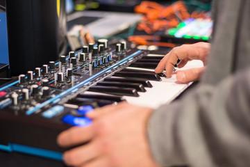Fototapeta Muzyk grający na klawiszach, syntezator