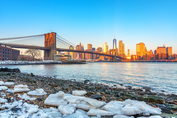 Fototapete - Brooklyn bridge East river and Manhattan at winter sunrise, New York City
