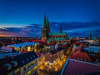 Abenddämmerung über dem Markt und Marienkirche