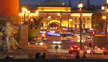 Fotobehang - Busy night city traffic on the Palace Bridge at Old Saint Petersburg Stock Exchange and Rostral Columns. Timelapse, 4K UHD.