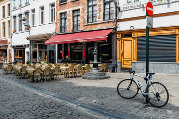 Fotomurales - Old street with tables of cafe in center of Brussels, Belgium. Cozy cityscape of Brussels (Bruxelles). Architecture and landmarks of Brussels.
