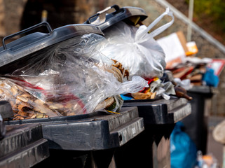 Mülltonnen mit vielen Müllsäcken Fototapete