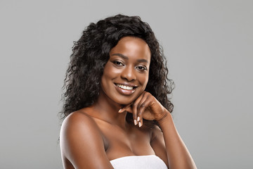 Fototapete - Portrait of beautiful african girl with perfect skin and thick hair