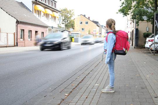 Schulkind möchte eine belebte Strasse überqueren